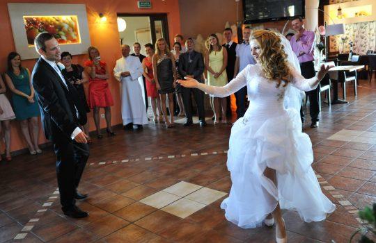 żona tym razem prowadzi taniec pierwszy