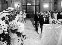 kościół para w tle też ładne zdjęcie ciekawe jak film