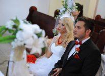 nic ująć nic dodać młoda para przed ołtarzem czekają na ten moment i foto