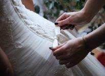 przygotowania do ślubu wiązanie gorsetu filmowiec i fotograf na miejscu