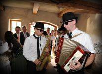 harmonia i saksofon ciemne okulary zespół szaleje
