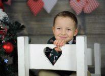 portret małego chłopca dobrze skadrowany fajny uśmiech dobre kolory